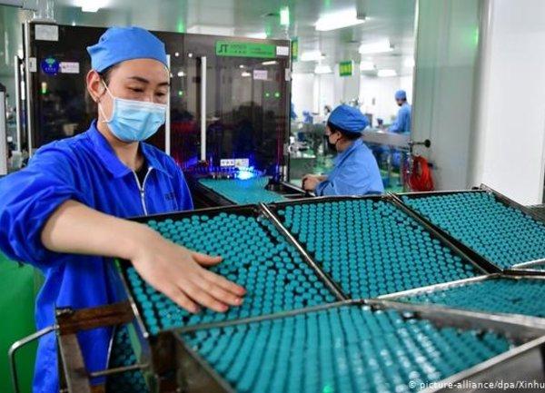 Pfizer и BioNTech получават одобрение от Великобритания за ваксина срещу коронавирус
