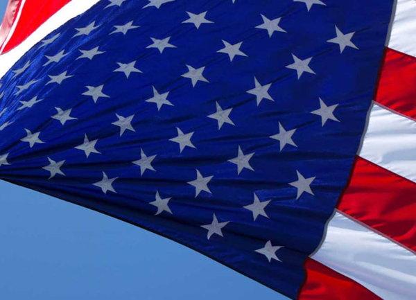 Потребителските настроения в САЩ неочаквано се повишават след масивен финансов стимул от страна на държавата