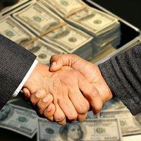 Доларът се засили, докато европейските акции и фючърсите в САЩ се колебаеха