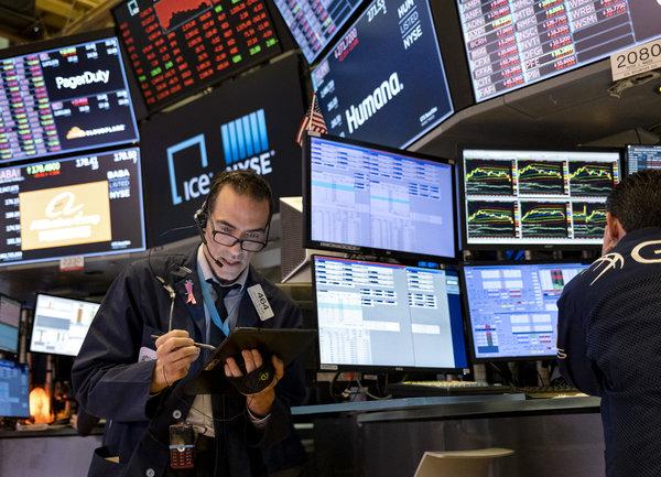 Когато борсовият пазар е надценен, обикновено 12 месеца по-късно той отчита по-ниски нива