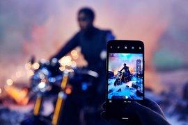 Номи, таен агент от новия филм за Джеймс Бонд, е уловена... със смартфон