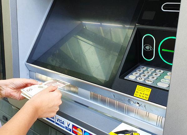 "Безконтактно теглене и внасяне на новите банкомати на ""Райфайзенбанк"""