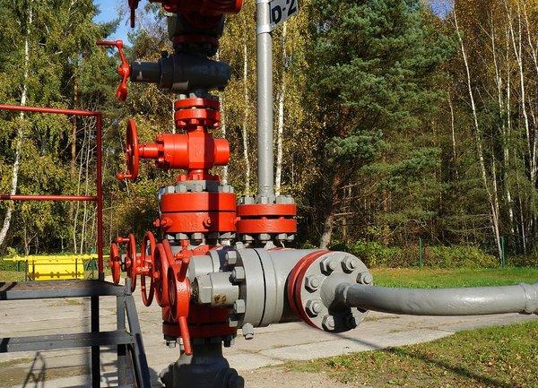 Петролът поевтинява с 2%, в резултат на търговската война и нарасналата продукция