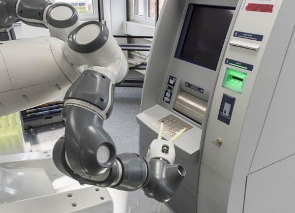 Роботът YuMi на АББ автоматизира тестването на банкомати
